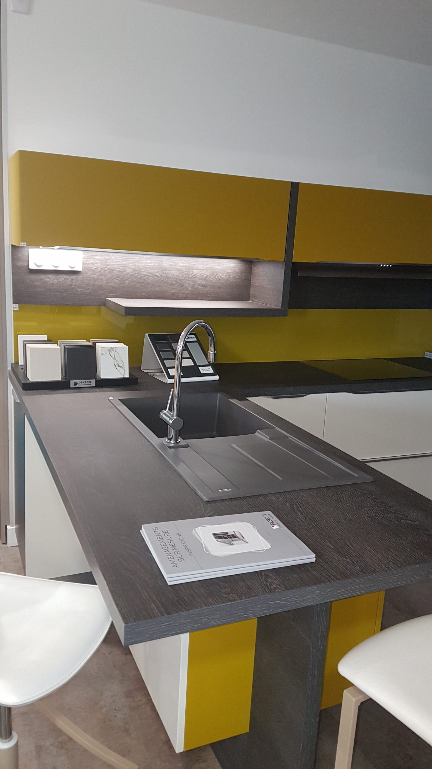Cuisine jaune vert equipee kitchenaid conception et for Cuisine equipee verte
