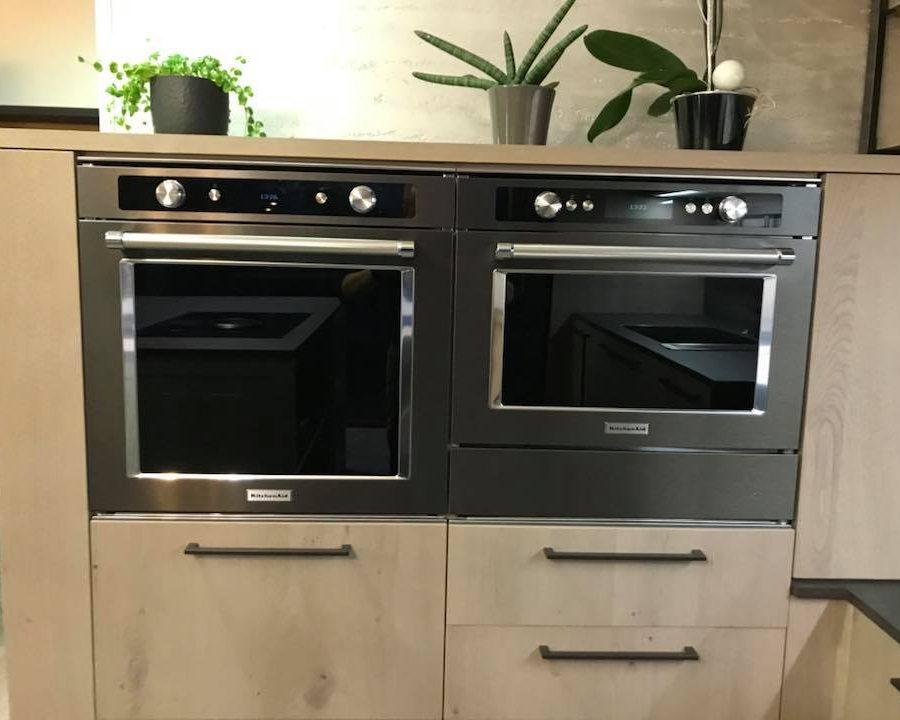 alignement de fours kitchenaid noirs