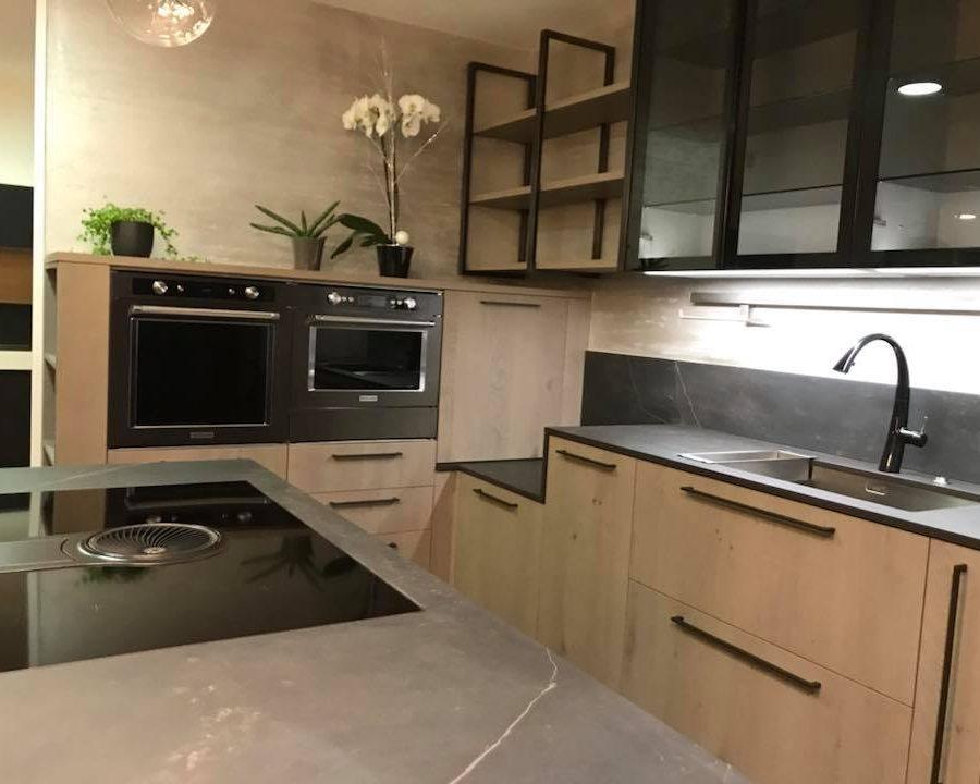 cuisine industrielle haut de gamme ultra quip e et sobre. Black Bedroom Furniture Sets. Home Design Ideas