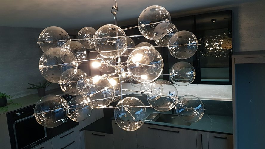 Lustre design composé de globes lumineux