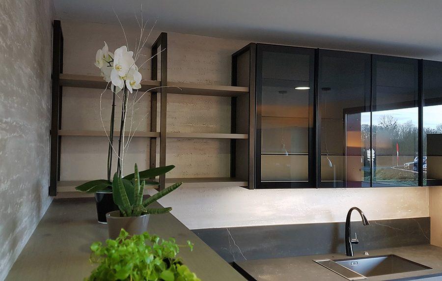 Meubles hauts design formés de placards verre et étagères bois et acier