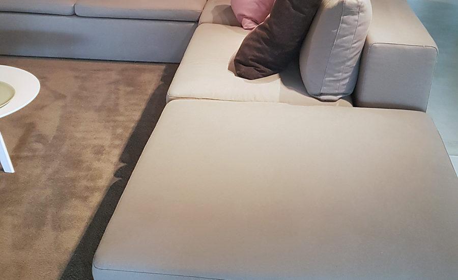 Grand canapé d'angle en tissus de couleur crème