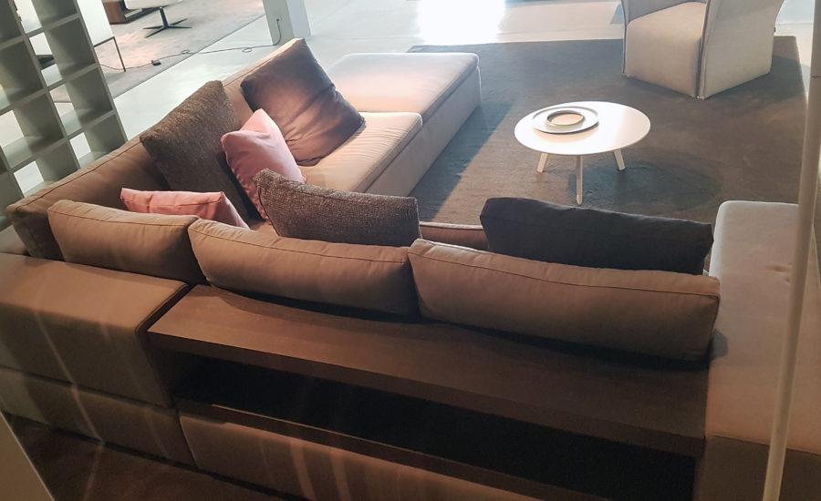 canapé d'angle en tissus creme avec casiers rangement derrière