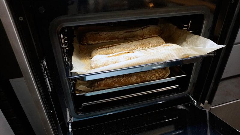Sortir le plat du four combiné vapeur Vzug