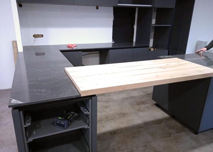 Pose des plans de travail de la cuisine du showroom