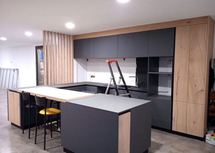 Ajout du claustra cloison ajorée de la cuisine du showroom