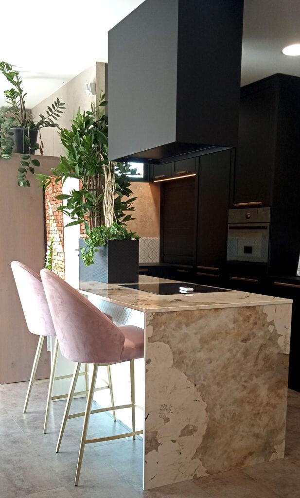 presqu'ilot dekton en finition marbre avec chaise deco rose